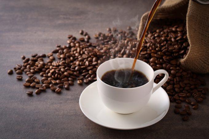 コーヒーを注ぐ様子