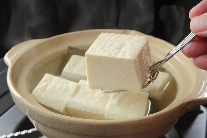 湯豆腐を一つもつスプーン