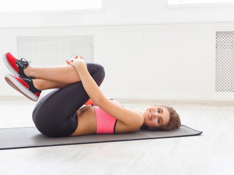 太もも痩せ体操・ストレッチをする女性