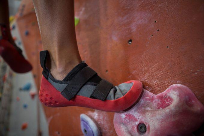 ボルダリング用の靴を履く女性