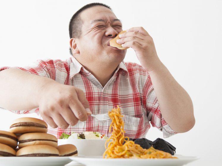 ドカ食いをする肥満男性