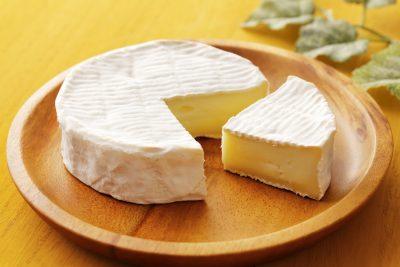カットしたカマンベールチーズ