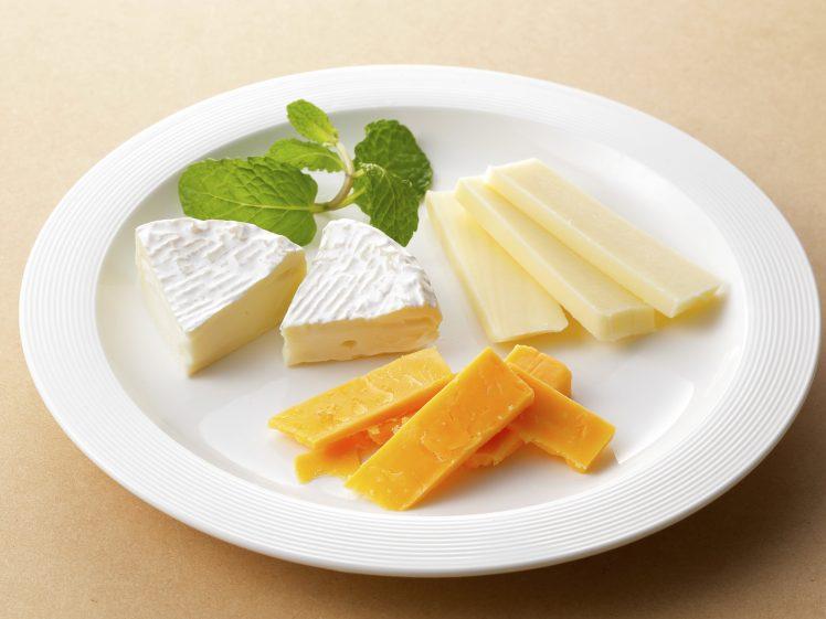 お皿に盛った多種のチーズ