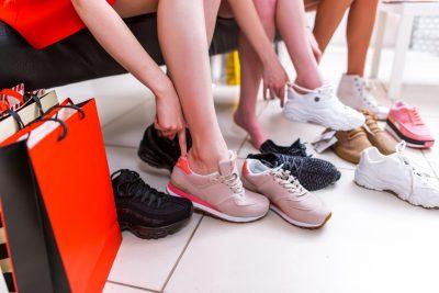 ウォーキング用のスニーカーを買う女性たち