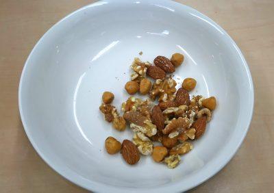 ロカボナッツをおやつとして食べるところ