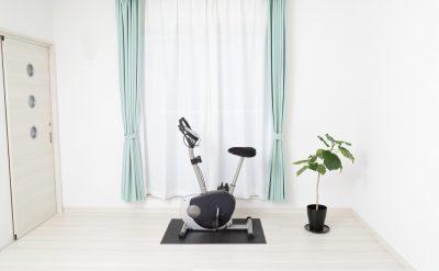 家庭用のエアロバイクをマットを敷いて置いた様子