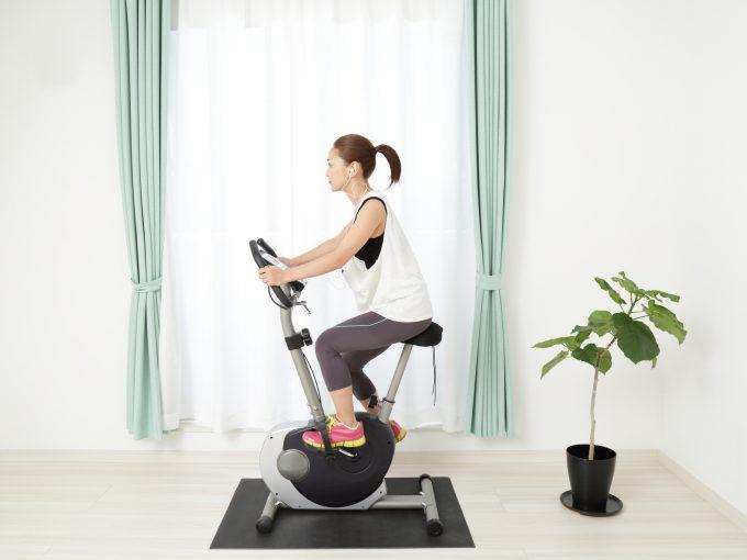 エアロバイクダイエットを実践する女性