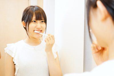 歯磨きをする日本人の若い女性