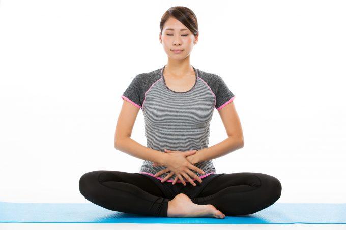 瞑想する女性 呼吸法をする様子