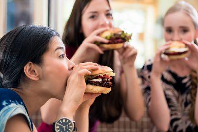 チードデイ ハンバーガーを食べる女の子