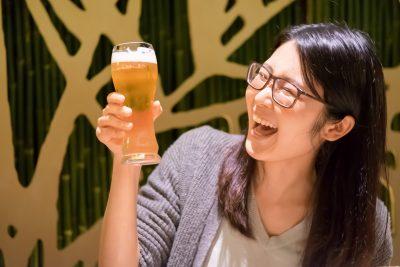 ビールを美味しそうに飲む女性