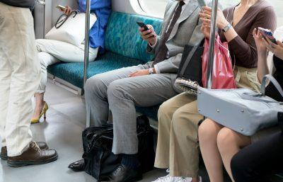 通勤電車でダイエットをする女性