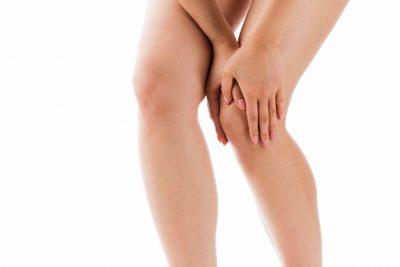 膝周辺のマッサージをする女性