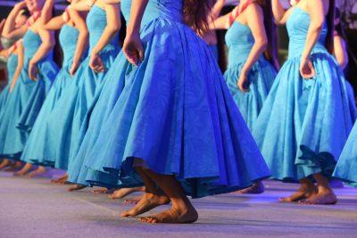 フラダンスをする女性たち