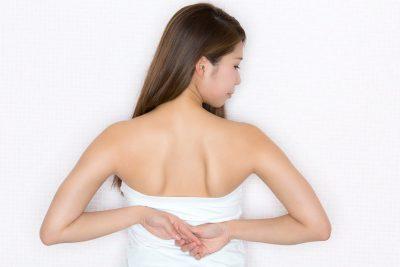 はばたき運動をする女性 肩甲骨を動かす