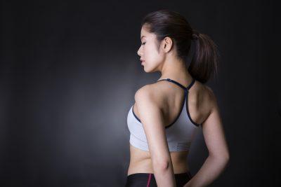 肩甲骨を寄せる女性