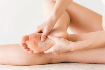 足裏をマッサージする女性