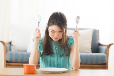 食事を我慢する女性