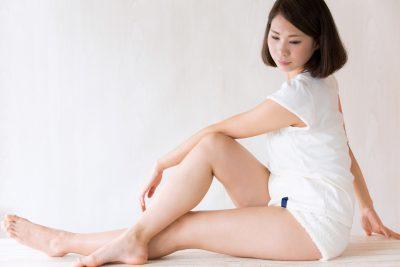 体を捻るストレッチをする女性
