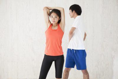 運動をする男女
