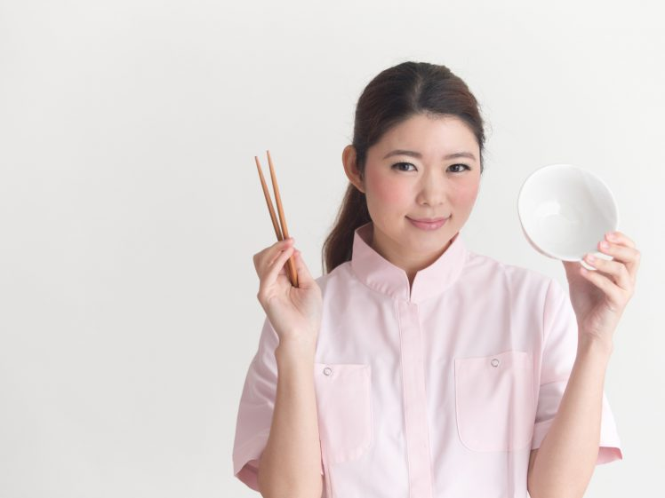 ご飯抜きダイエットのイメージ 茶碗を持つ女性