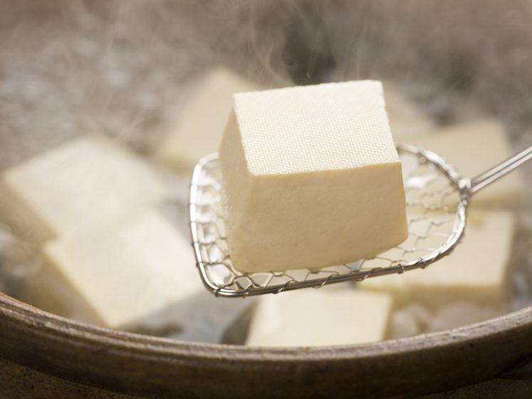 湯豆腐をすくって食べるところ