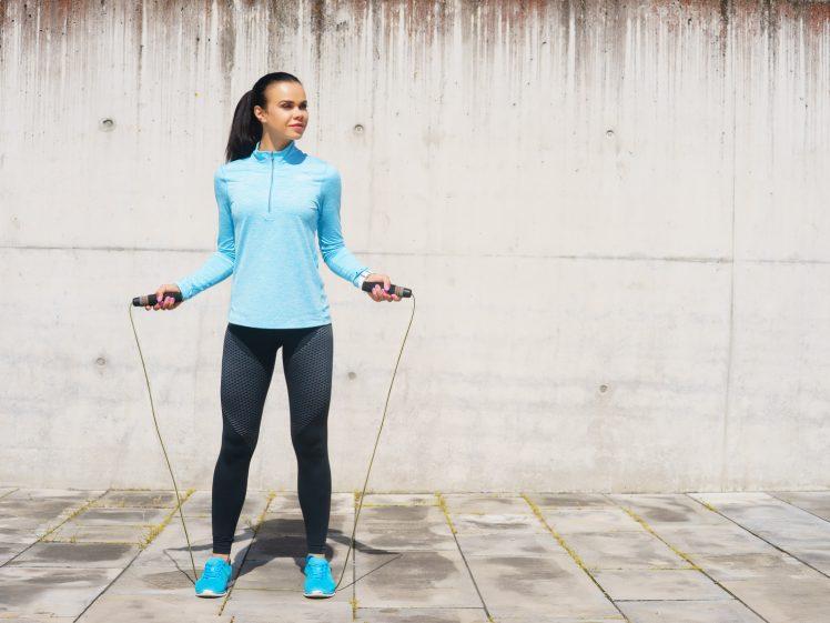 縄跳び運動をする女性