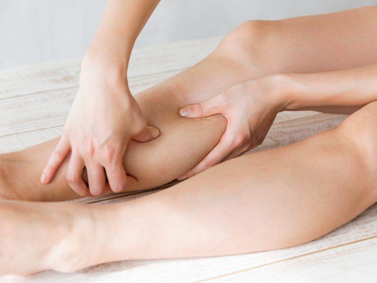 脹脛をマッサージする下半身太りに悩む女性
