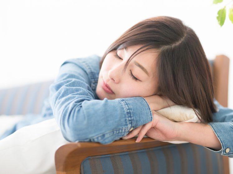 お昼寝をする女性
