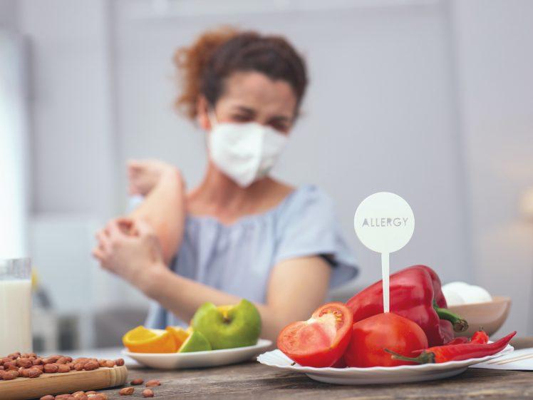 食物不耐性に悩む女性
