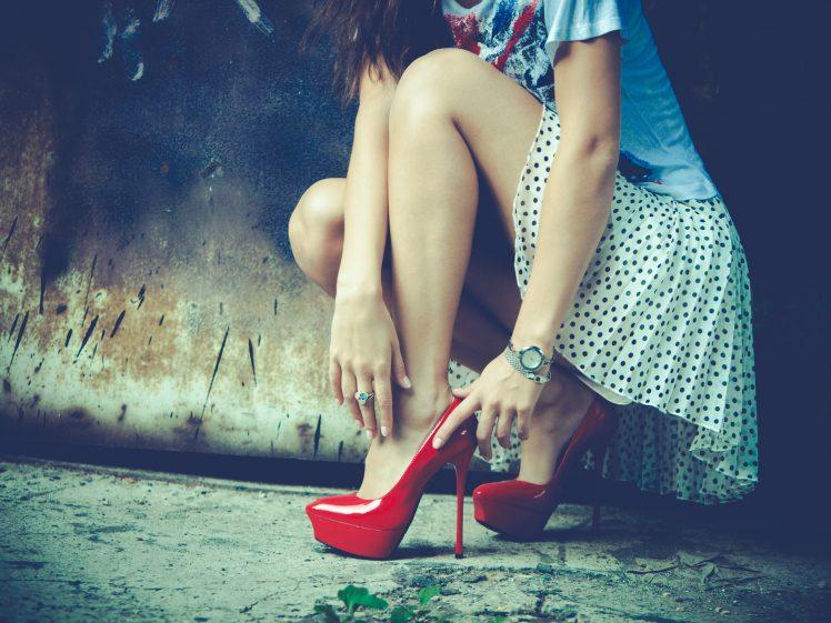 ハイヒールを履くきれいな脚の女性