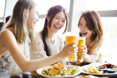 ビールで乾杯する女性たち