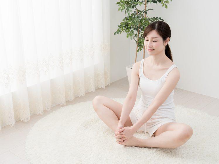 股関節のストレッチをする女性