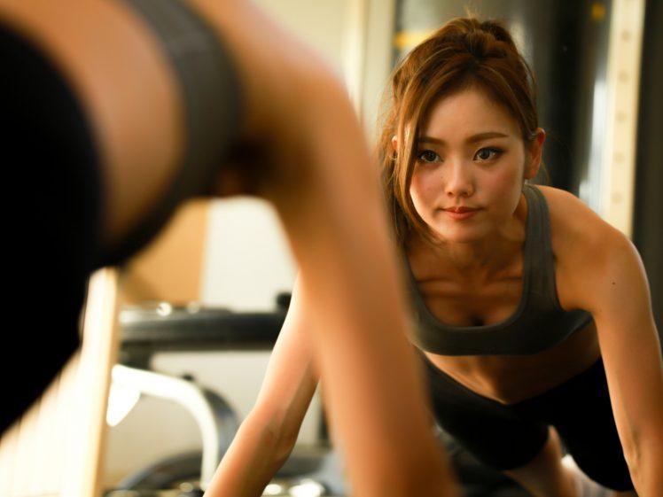 加圧トレーニングする女性イメージ