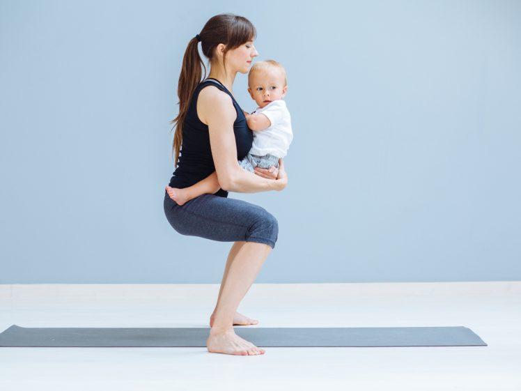 赤ちゃんをあやしながらのながら運動をする女性