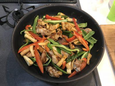 ピーマン、赤パプリカ、を入れ、合わせ調味料を加えて、さっと炒めて完成