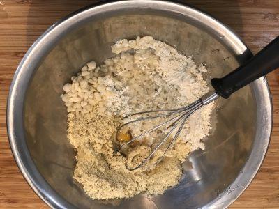 ボールに、お好み焼き粉、粉豆腐、卵を入れかきまぜる