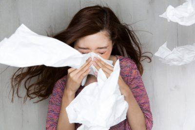 花粉症 ティッシュで鼻をかむ女性