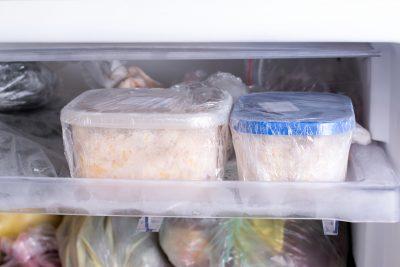 ご飯を冷蔵庫で急速に冷やす様子