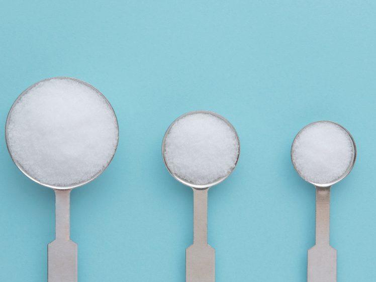 計量スプーンと塩 減塩ダイエットのイメージ