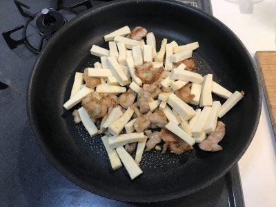 高野豆腐を入れ、さらに炒める