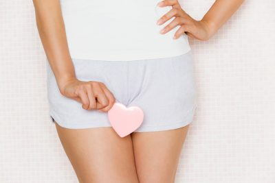 股にハートを持つ生理中の女性