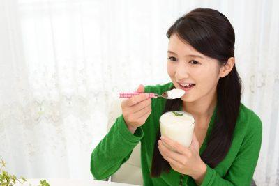 夕食にヨーグルトを食べる女性