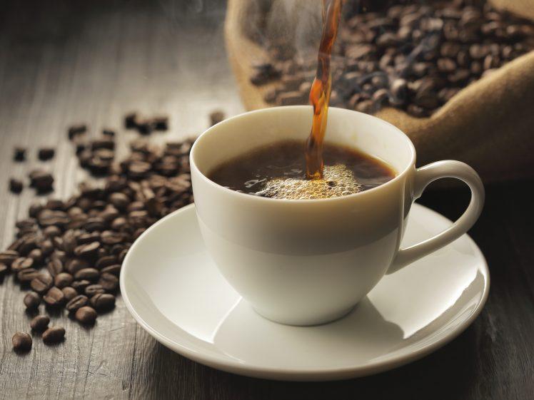 カップに注がれるブラックコーヒー