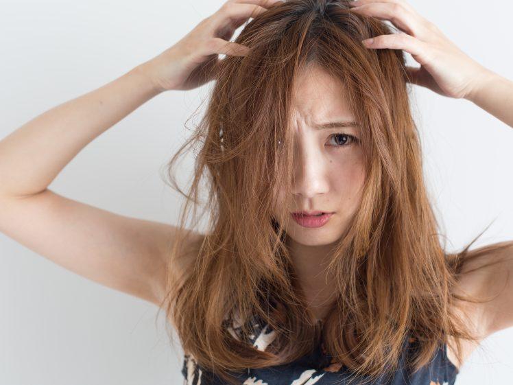 ストレスを抱えイライラする女性