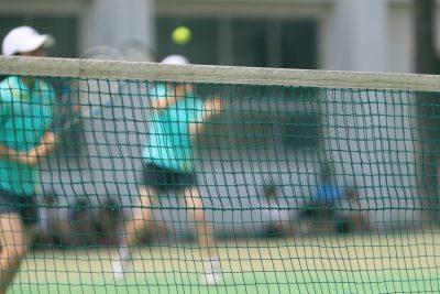 テニスをする女学生
