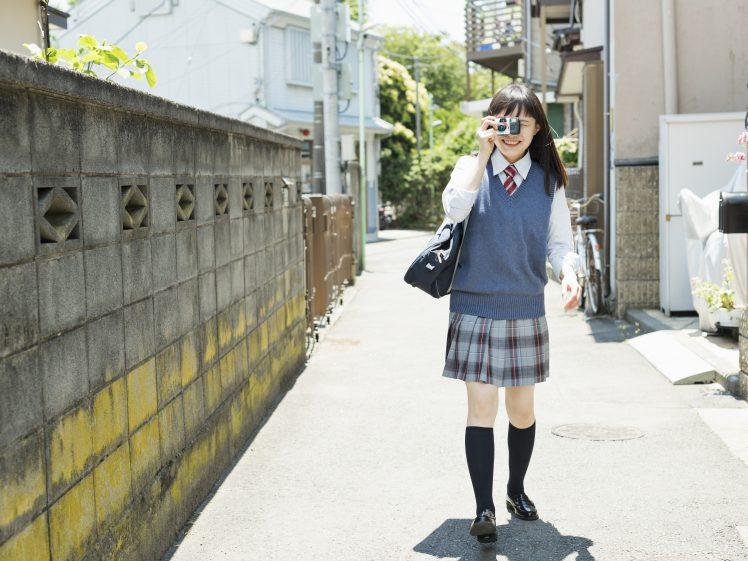 カメラを持つ女子高生
