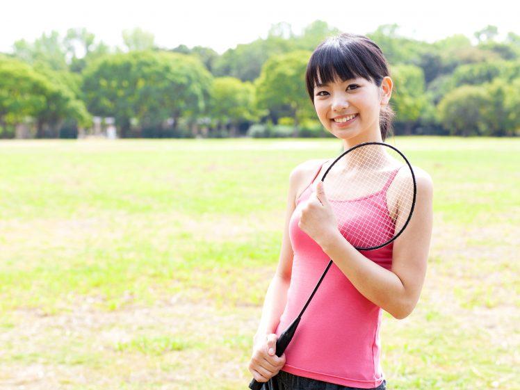 テニスダイエットに挑戦する女性