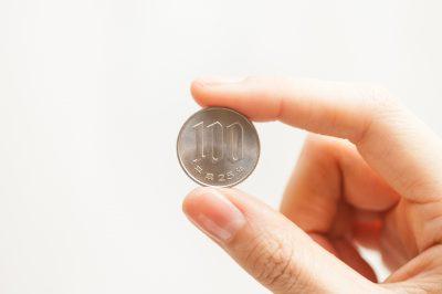 100円玉を持っ手