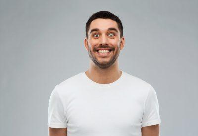 顔の筋トレを行う男性